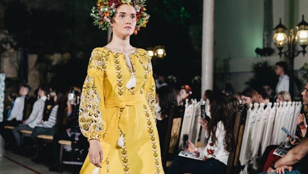 День Вышиванки показом модной украинской одежды отметила «Галерея Вышиванок» вместе с журналом «Just One»